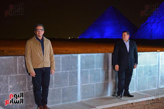 الأهرامات تبعث رسالة تضامن مع شعوب العالم وتتزين باللون الأزرق فى مواجهة كورونا