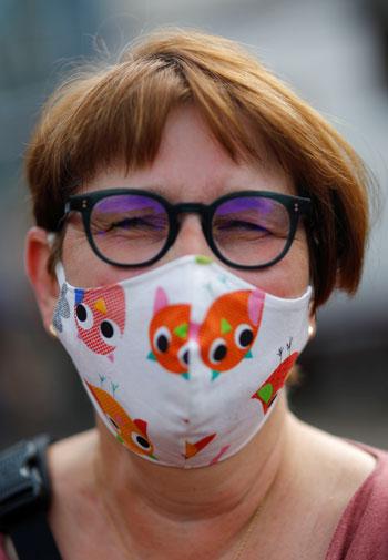 كمامات على كل لون.. مواطنو ألمانيا يبدعون للوقاية من فيروس كورونا