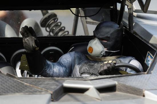 باتمان يوزع هداية على الأطفال بشوارع المكسيك للتوعية ضد فيروس كورونا