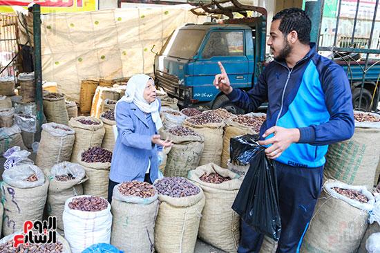 إقبال كبير على شراء البلح استعدادا لشهر رمضان المعظم