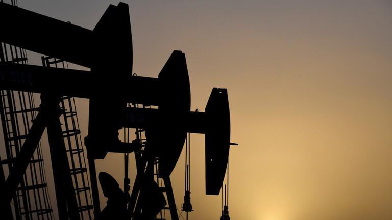 النفط يرتفع بعد بيانات غير متوقعة حول مخزونات الخام الأمريكية