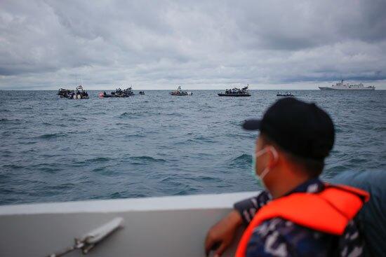 ومازال البحث مستمر عن ضحايا الطائرة الأندونيسية المنكوبة