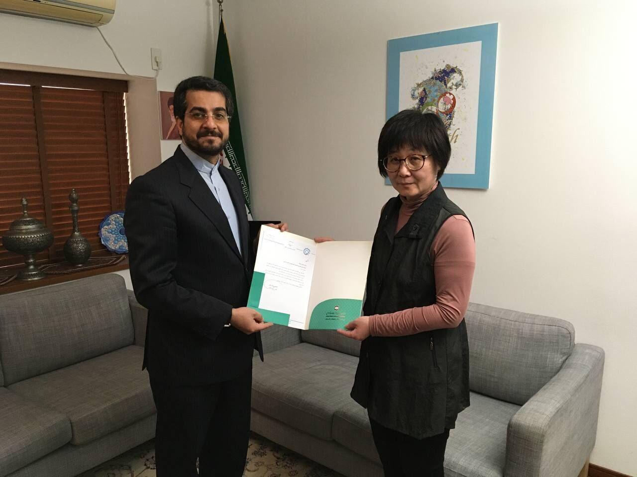 تكریم استاذة يابانية ناشطة في مجال الادب والخط الفارسي