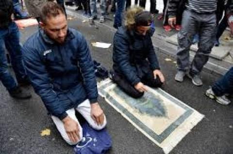France to block Muslim street prayers in Paris suburb