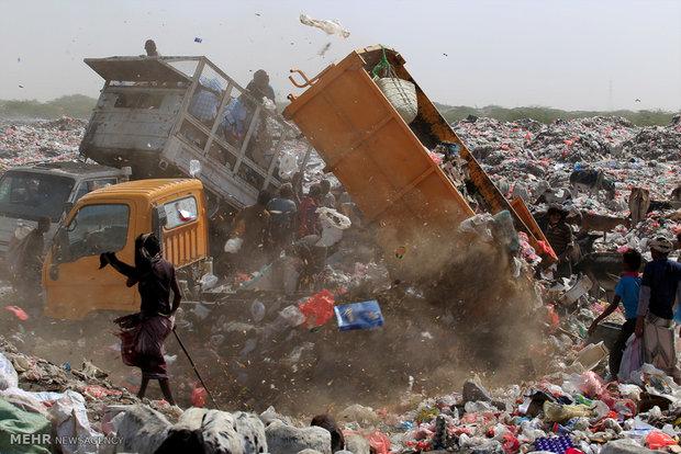 Displaced by war, some Yemenis sift through garbage for food