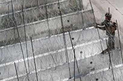U.S. lays barbed wire at border as migrant caravan draws closer