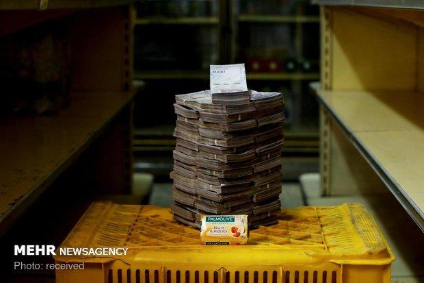 Venezuela hikes salaries in 95% devaluation amid hyperinflation