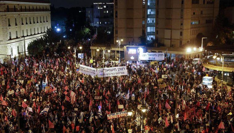 Dozens Demonstrate Against Netanyahu Near Caesarea Home, three protesters arrested