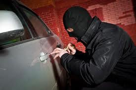 دزد ناشی خودروی سرقتی زیر تابلوی مطلقا ممنوع را جا گذاشت
