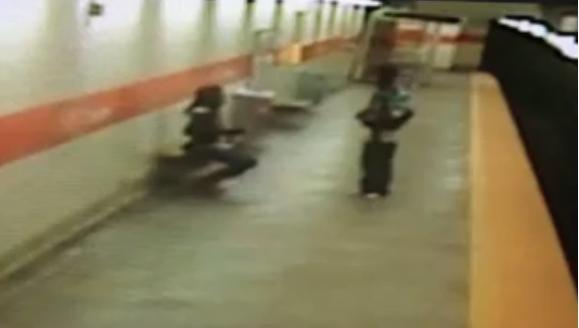 731825 984 - تصاویر تکان دهنده پرتاب شدن یک زن آمریکایی به روی ریل مترو