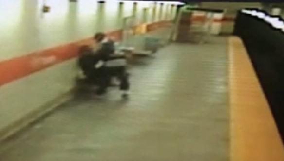 731826 293 - تصاویر تکان دهنده پرتاب شدن یک زن آمریکایی به روی ریل مترو