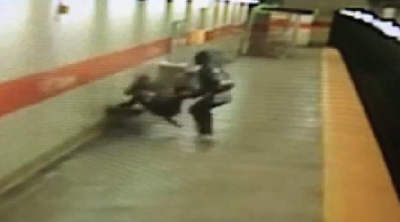 731827 980 - تصاویر تکان دهنده پرتاب شدن یک زن آمریکایی به روی ریل مترو