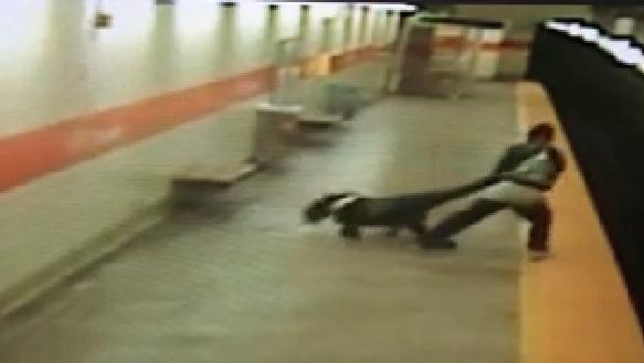 731828 395 - تصاویر تکان دهنده پرتاب شدن یک زن آمریکایی به روی ریل مترو