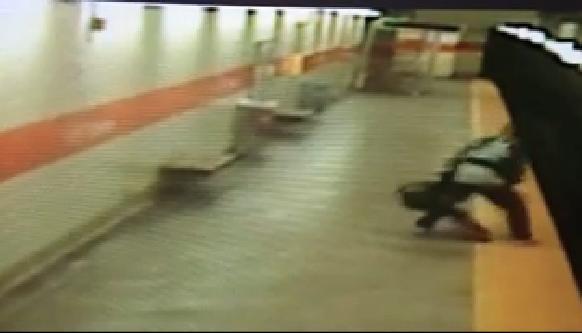 731829 136 - تصاویر تکان دهنده پرتاب شدن یک زن آمریکایی به روی ریل مترو