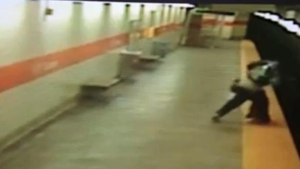731830 672 - تصاویر تکان دهنده پرتاب شدن یک زن آمریکایی به روی ریل مترو
