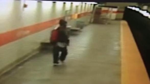 731833 552 - تصاویر تکان دهنده پرتاب شدن یک زن آمریکایی به روی ریل مترو