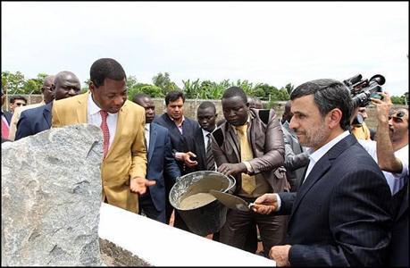 عکس::احمدی نژاد در حال بنایی