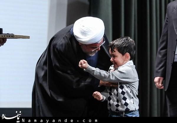 نمایش مشت و  زور بازو در برابر روحانی!+ عکس
