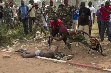 اقدام غیرانسانی با جنازه یک مرد+ عکس (۱۶+)