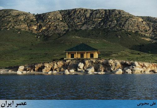 ویلای اشرف پهلوی و بهروز وثوقی در وسط دریاچه ارومیه