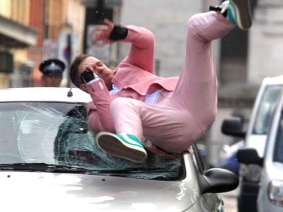 مردی که عمدا با خودروها تصادف می کند + عکس