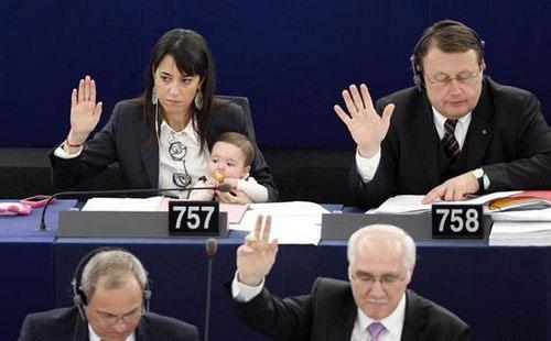 رای دادن دختر 2 ساله در پارلمان اروپا/ کشفی جدید برای شناسایی دهکهای پردرآمد/ مواضع ضد فتنه علی مطهری / سرانجام حکم اعدام دختران ایرانی در مالزی / عکس: چتر نگهداران نمایندگان مجلس!