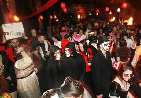 عقاید سنتی جشن هالووین خوراکی های جشن هالووینتزیینات جشن هالووینوسایل جشن هالووینچگونه لباس هالووین درست کنیمایده برای هالوویناسم شخصیت های هالووینکاردستی برای هالووینساخت وسایل هالووین