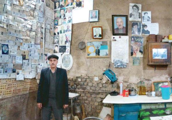 مردی که عاشق اعلامیههای ترحیم است +عکس