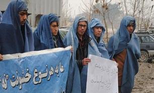مردان افغان برقع به سر کردند! + عکس