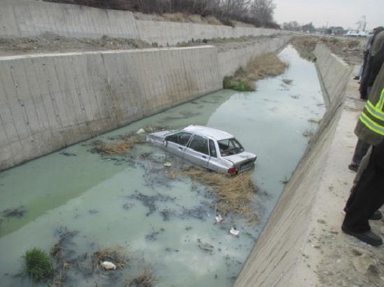 سقوط پراید در کانال آب + تصاویر
