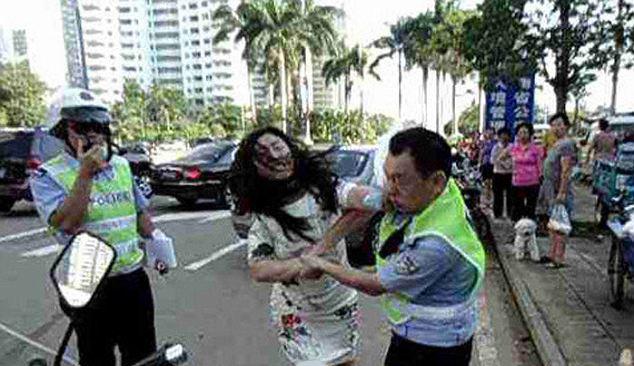 2270808 732 کتک خوردن پلیس چینی از یک زن + تصاویر