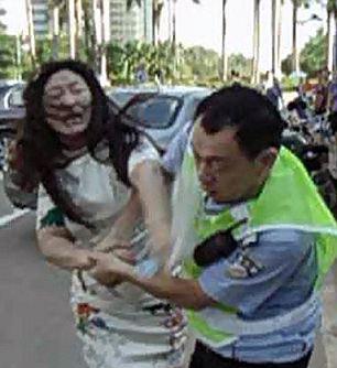 2270809 923 کتک خوردن پلیس چینی از یک زن + تصاویر