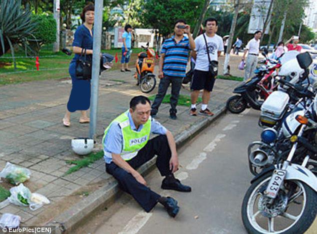 2270810 297 کتک خوردن پلیس چینی از یک زن + تصاویر