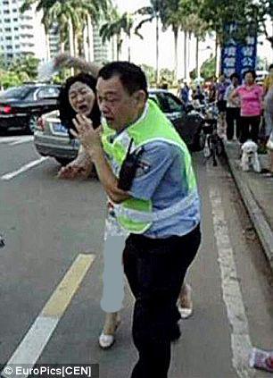 2270812 895 کتک خوردن پلیس چینی از یک زن + تصاویر