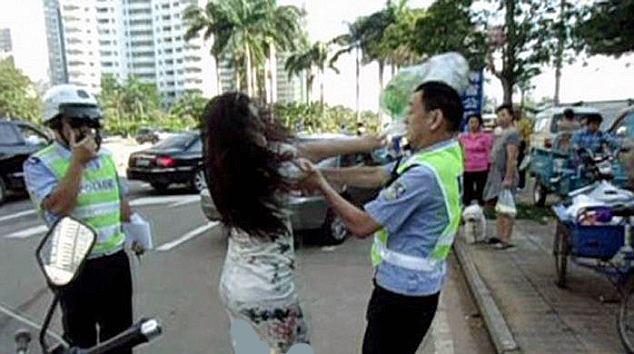 2270813 334 کتک خوردن پلیس چینی از یک زن + تصاویر