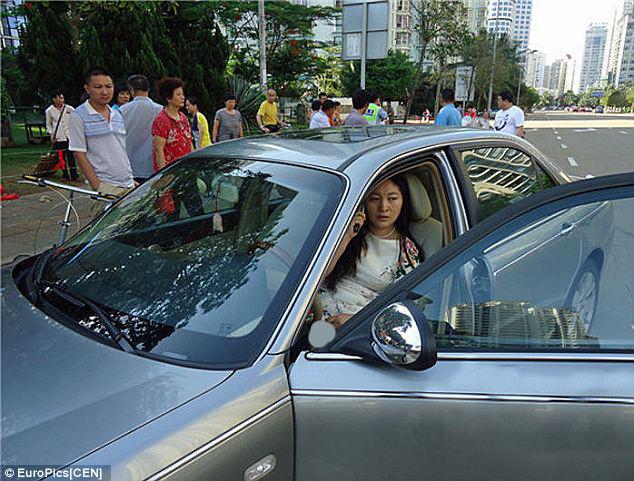 2270814 466 کتک خوردن پلیس چینی از یک زن + تصاویر