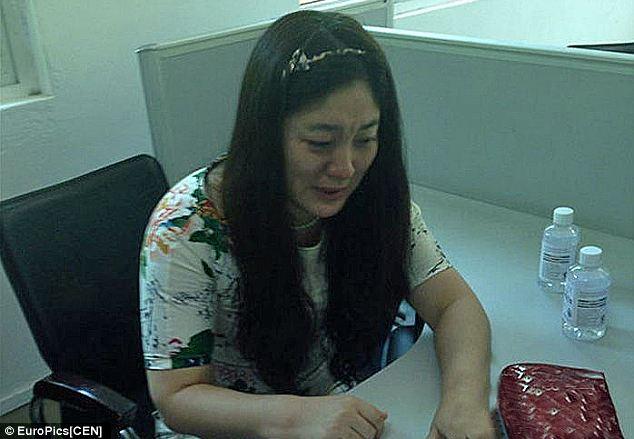 2270815 944 کتک خوردن پلیس چینی از یک زن + تصاویر