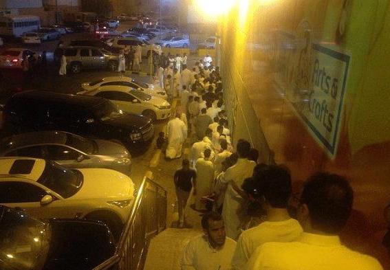 صف طولانی در عربستان برای خرید آیفون 6