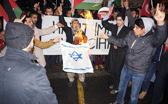 پرچم اسرائیل در استانبول به آتش کشیده شد+ عکس