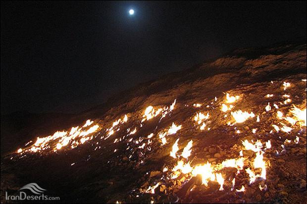 شعله های دیدنی میدان نفتى ماماتین در روستاى گنبد لران رامهرمز + تصاویر