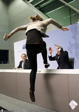 حمله دختر معترض به رئیس بانک مرکزی اروپا (+عکس)