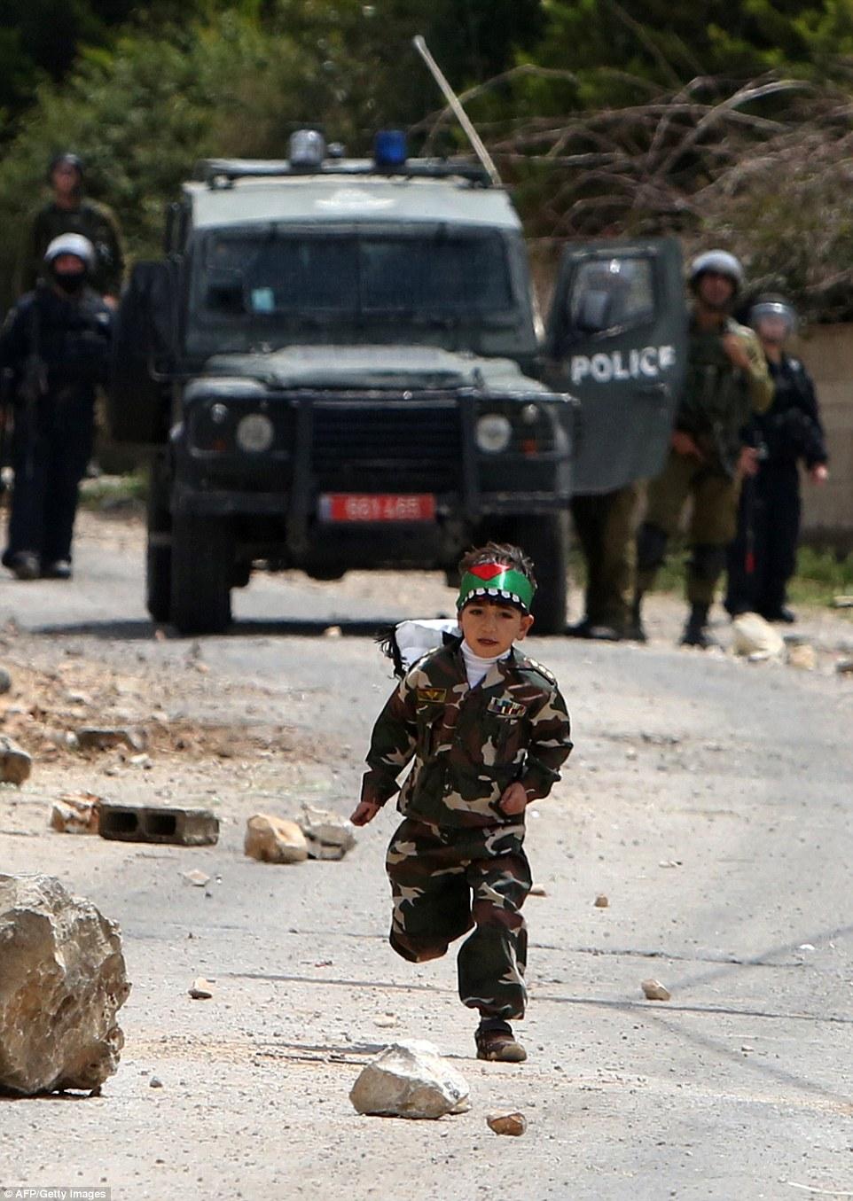 حمله خردسال فلسطینی به نیروهای صهیونیست + عکس