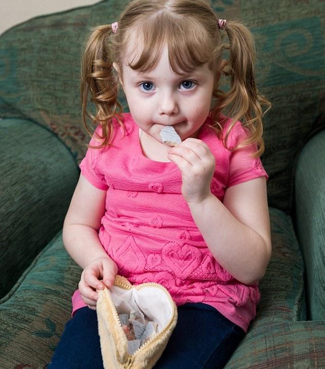 علاقه عجیب کودک 4 ساله به خوردن شن و ماسه + تصاویر