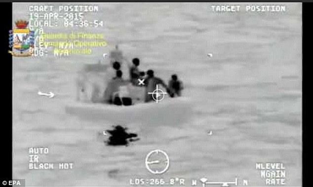 نخستین تصاویر از قایق واژگون شده در لیبی
