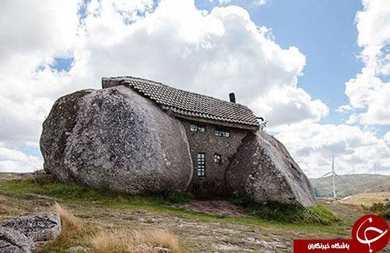 نمایی از خانه ای درمیان سنگ های غول پیکر