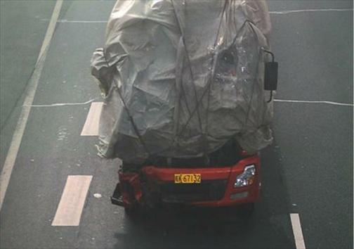 رانندهای که چشمبسته رانندگی میکند! + تصاویر