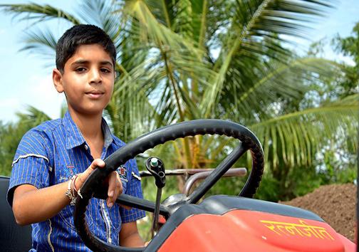 هنرنمایی نوجوان هندی با تراکتور + تصاویر