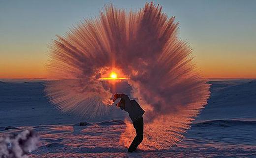 عکس خارقالعاده از بیرون ریختن چای در سرمای چهل درجه زیر صفر