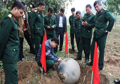 سقوط گلولههای فلزی از آسمان ویتنام + تصاویر