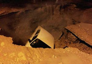 فرو رفتن خودروها در خیابان های کرمان؟! + فیلم و تصاویر
